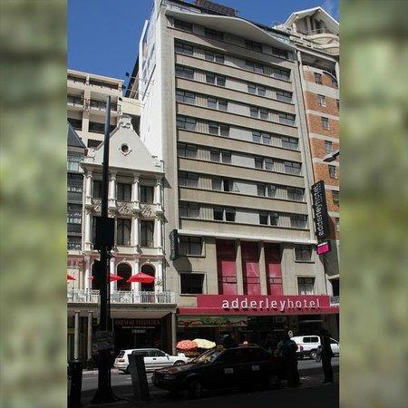 Adderley Hotel: Hotel Vorderfront von der Addeley Street aus