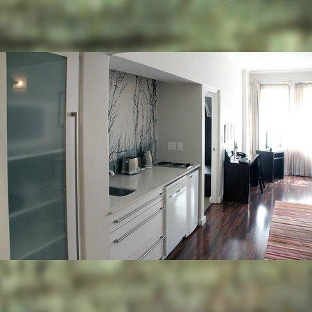 Adderley Hotel : Wohnbereich mit Küchenzeile der >Luxus Suite<
