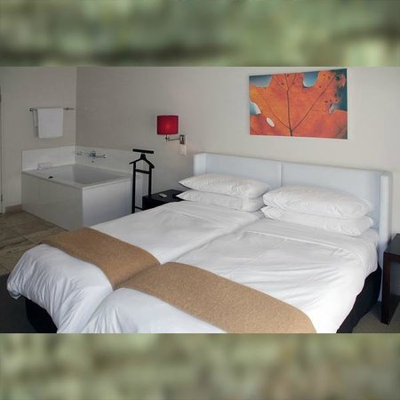 Adderley Hotel: Schlafzimmer mit Badewanne in der >Luxus Suite<