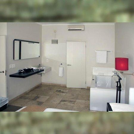 Adderley Hotel : Schlafzimmer mit Badewanne & Waschtisch