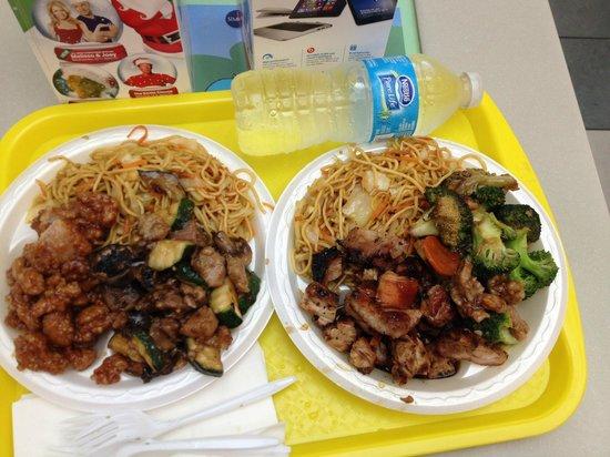Asian Chao: noodles vegan, pollo all'arancia e pollo fritto con broccoletti, funghi e zucchine