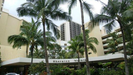 Sheraton Waikiki: Front of the hotel
