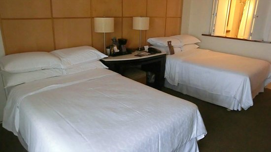 Sheraton Waikiki: Twin bed (room)