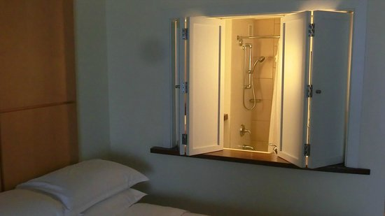 Sheraton Waikiki: Bathroom from room