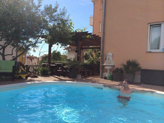Villa Julian : Pool and breakfast area