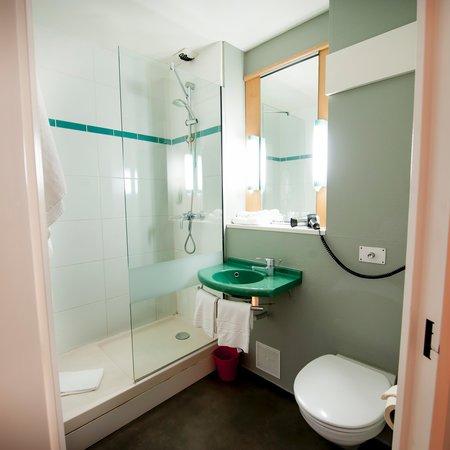salle de bain picture of hotel ibis brest kergaradec. Black Bedroom Furniture Sets. Home Design Ideas