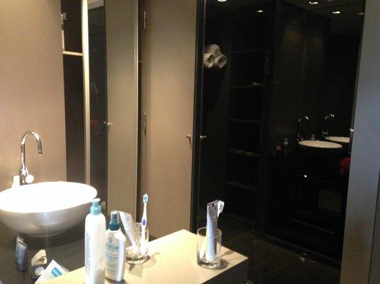 AC Hotel Sants: Lavabo, armario y habitación claustrofóbica del wc