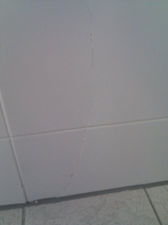 The Nottingham Belfry - A QHotel: Cracked tiles in bathroom