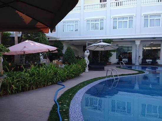 Eden Plaza Danang : very nice pool facilities including shower block.