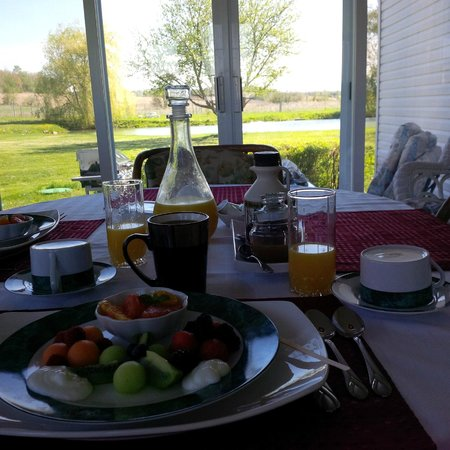 Cote St-Hermas Gite au vignoble : The first breakfast course