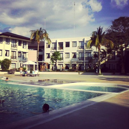 Lima Park Hotel: View from pool side.