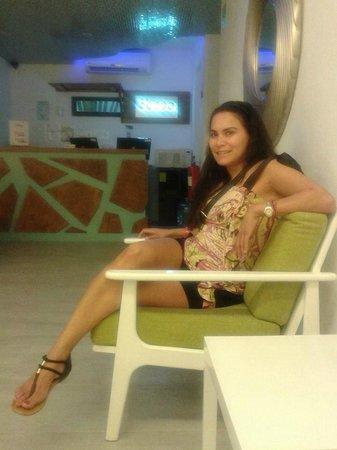 3beca Hotel: charlando en la recepcion con denisse :)
