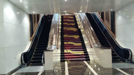 Gulf Hotel Bahrain Convention and Spa: Escalators all the way up to the lobby