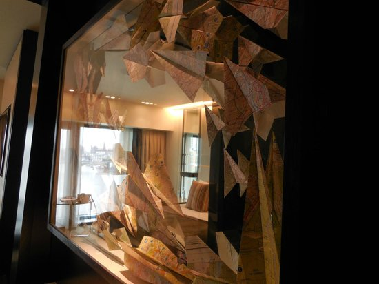 Crowne Plaza London - Battersea: Interesting decor..paper aeroplanes