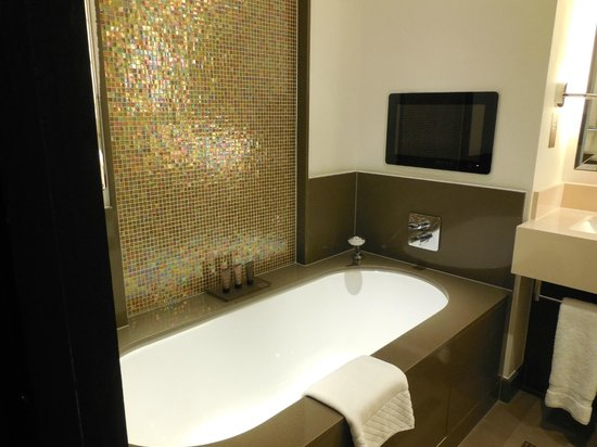 Crowne Plaza London - Battersea: Bath with TV