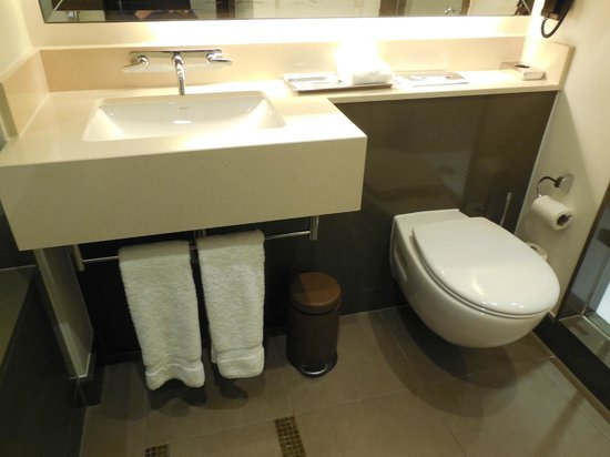 Crowne Plaza London - Battersea: Bathroom