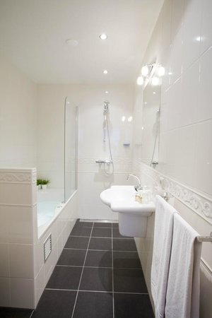 Amsterdam Hotel Parklane: Bathroom triple room