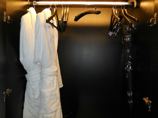Crowne Plaza London - Battersea: Comfy bathrobes and umbrella just in case