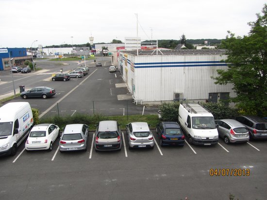 Hotel Noctuel: вид из окна на парковку