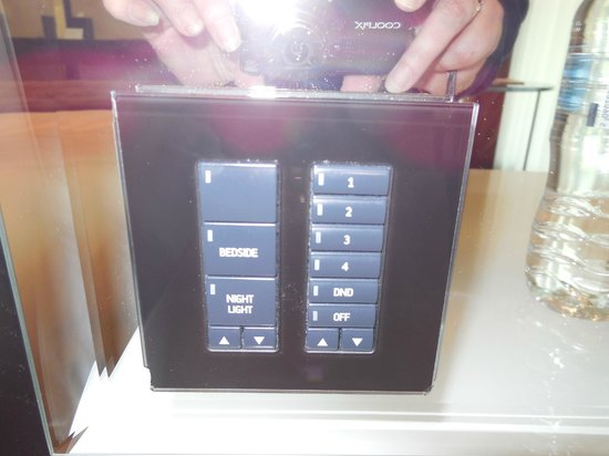 Crowne Plaza London - Battersea: Light switches...took us time to work it out!