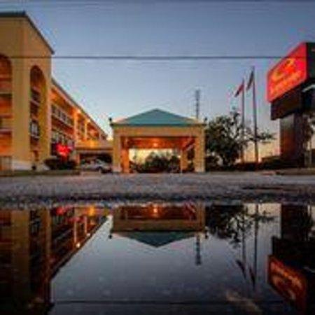 Econo Lodge Inn & Suites: Entrance