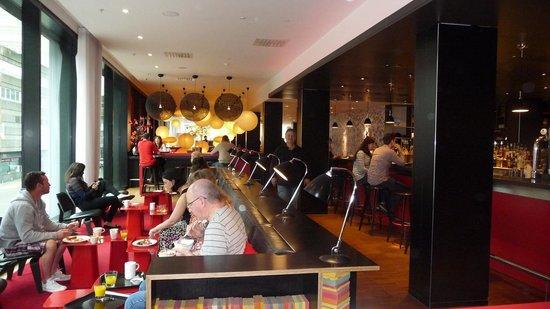 citizenM Glasgow: Die Sitzgruppen können zum Frühstück wie auch zum Abhängen genutzt werden.