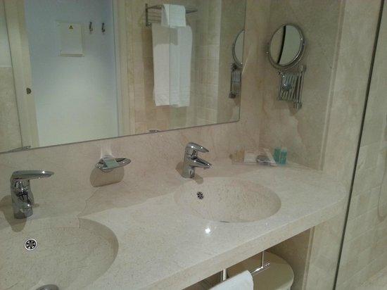 TUI SENSIMAR Playa la Barrosa: Baño lavabo doble