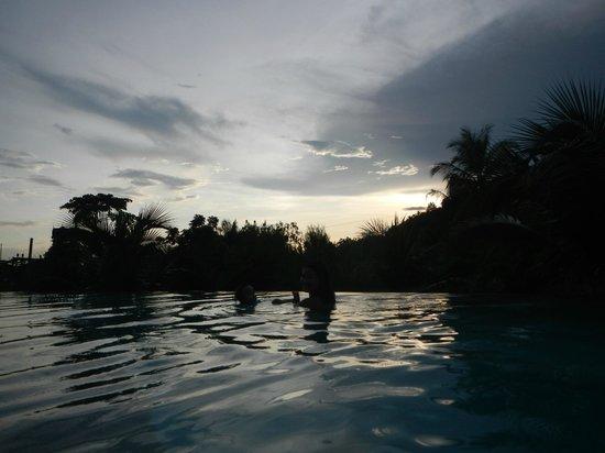 Mandarava Resort and Spa: Sunset over the Papaya pool