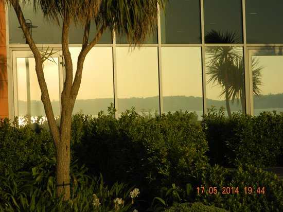 Radisson Blu Waterfront Hotel, Jersey: Reflection of Sunset in hotel windows
