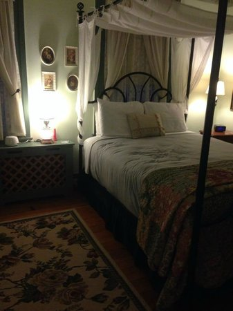 1825 Inn Bed and Breakfast: the Magnolia Room- very nicely kept, very clean