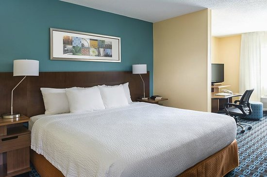 King bed guest room at the Fairfield Inn & Suites Chicago Naperville/Aurora