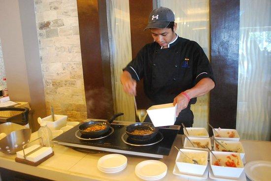 The Lighthouse Marina Resort: Chef at buffet breakfast