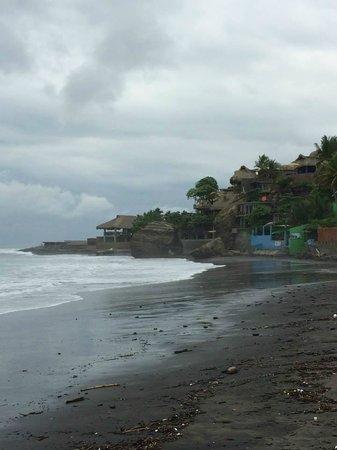 Kayu Resort: Looking west up the beach towards Kayu