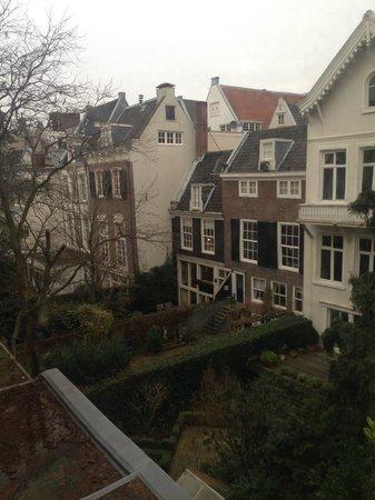 Hotel The Golden Bear : Внутренний двор (взгляд из окна)