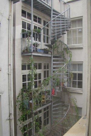 Hotel The Golden Bear: Дом напротив (взгляд из окна)