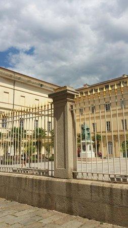 Musée Fesch : Il Museo con la statua del cardinale nel cortile