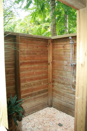 Au jardin des colibris : La douche extérieure