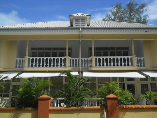 Reef Holiday Apartments: View from road