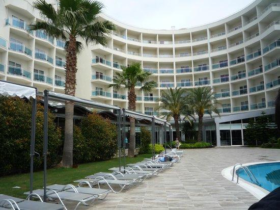 Sealight Resort Hotel: Vue des chambres à partier de la piscine principale