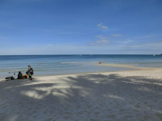 Banana Fan Sea Resort : blue sky and sea with soft white sand