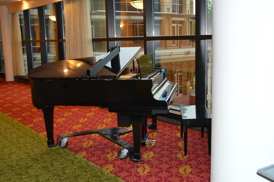 Chattanooga Marriott Downtown: lounge with piano