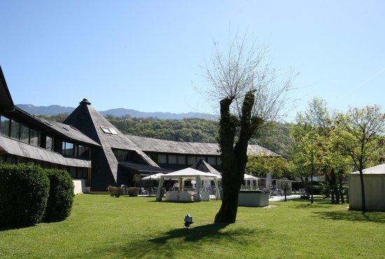 Quality Hotel Le Cervolan Chambery - Voglans : Le parc en matinée