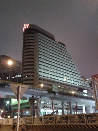 Century Plaza Hotel : View of Hotel at night from opposite road