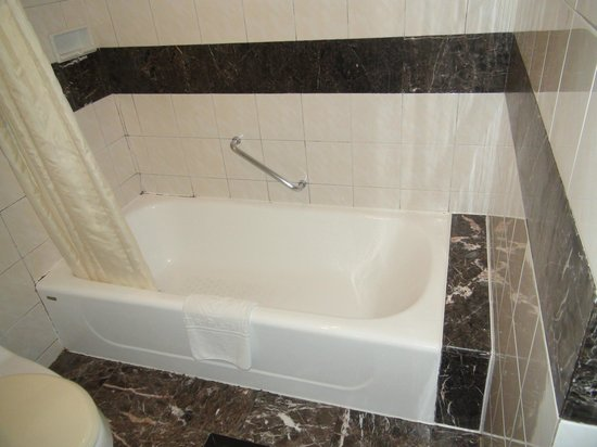 Century Plaza Hotel: Room 2 Bath