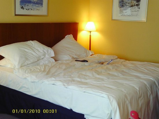 Radisson Blu Hotel, Manchester Airport: very large comfortable bed