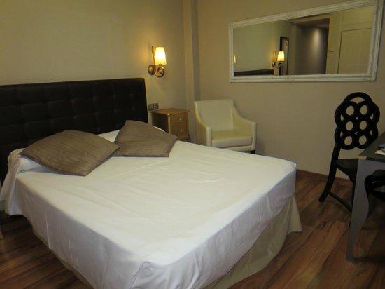 Hotel Sercotel Dona Carmela : Cama y almohadas en látex