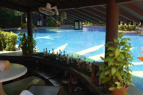 Lemon Tree Amarante Beach Resort, Goa : Pool with Bar table