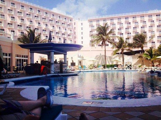 Hotel Riu Palace Paradise Island : Poolside