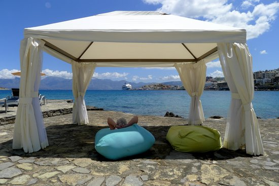 Minos Beach Art hotel: Relaxing under the gazebo