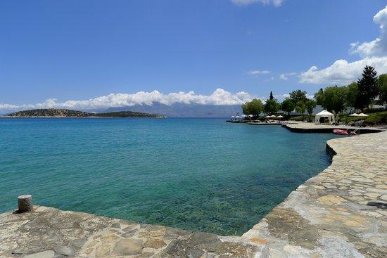 Minos Beach art hotel : Hotel shoreline